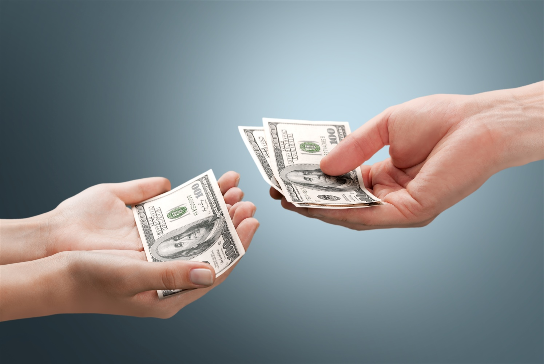 Geldübergabe beim Haus verkaufen oder Immobilienverkauf. Auf den Erlös kommt es an.