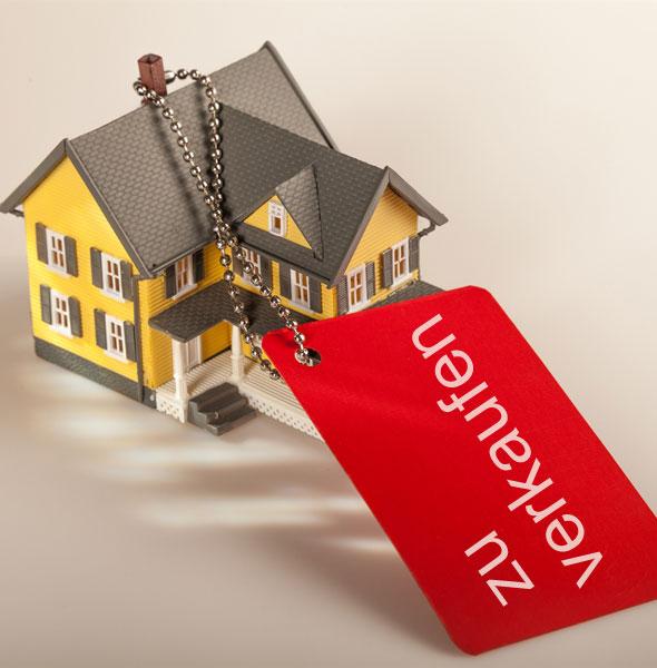 Haus zu verkaufen mit Schild Sale am Haus