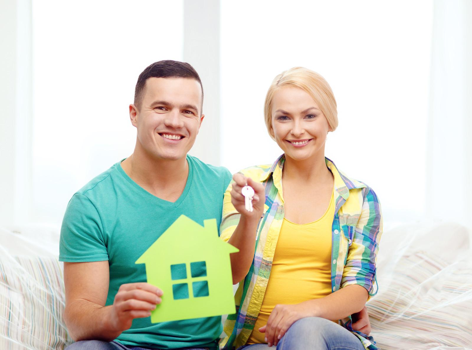 Paar nach einem Haus kaufen mit Schlüssel in der Hand